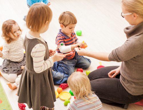 Wie sind Betreuungskosten wegen Berufstätigkeit des betreuenden Elternteils zu berücksichtigen?